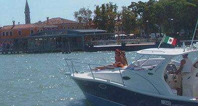 Famille à bord d'un bateau en Italie
