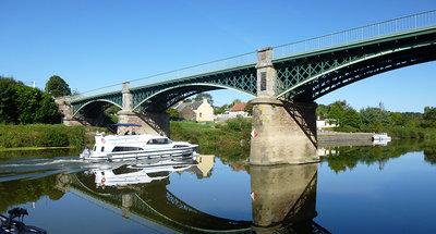Croisière sous un pont à Messac