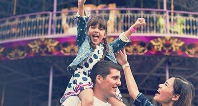 Un enfant sur les épaules de son père