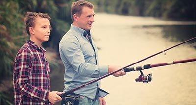 Père et fils à la pêche