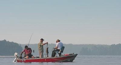 Trois hommes sur un bateau