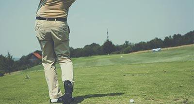 Golfeur faisant un swing
