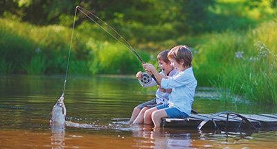 Enfants qui pêchent