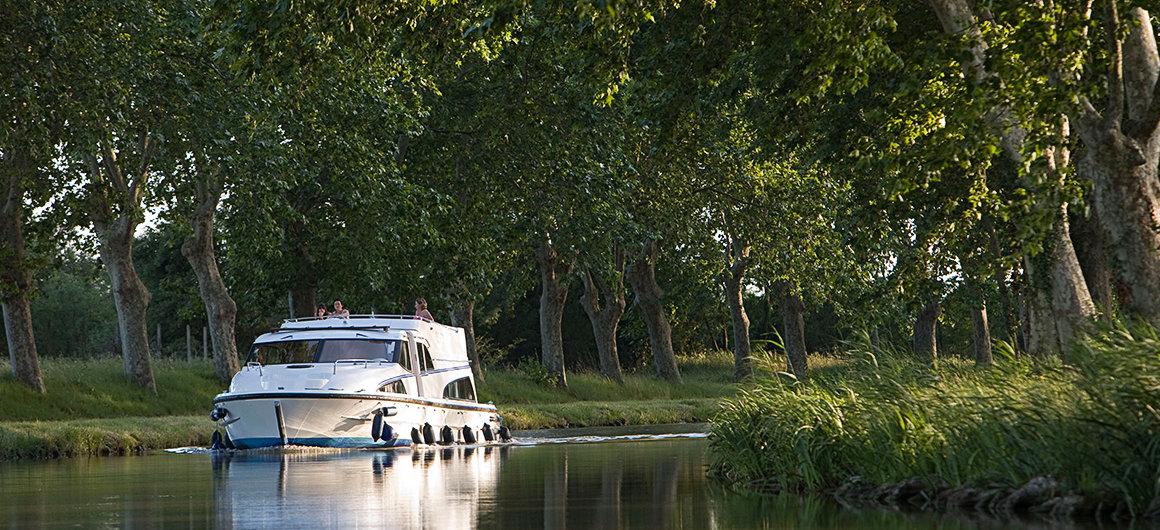 Arbres le long des rives sur le Canal du Midi