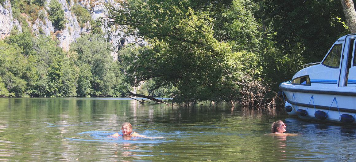 Baignade près d'un bateau Le Boat dans le Lot