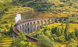 Viaduc de la voie ferrée de Glenfinnan avec le train à vapeur Jacobite